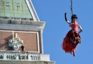 El vuelo del ángel en los carnavales de Venecia (Fotos y Video)