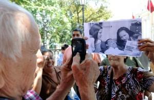 Fotos de Chávez no despejan incertidumbre política en el país