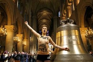 Feministas en topless festejan en Notre Dame la partida de Benedicto XVI (Fotos)