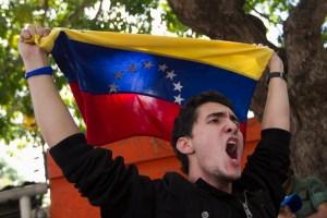Estudiantes continúan encadenados en la embajada de Cuba (Fotos y Video)