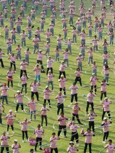 Más de cuatro mil personas giraron los aros del hula hops en Tailandia (Fotos)