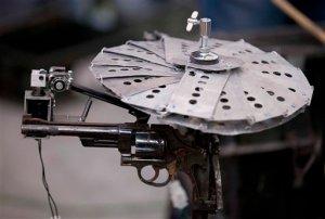 Artista mexicano hace música con armas (Fotos)