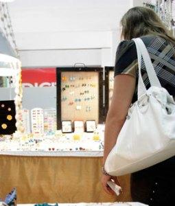 Turistas extranjeros valoran artesanía insular