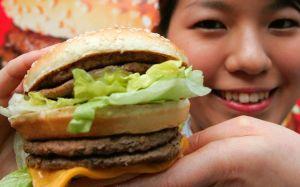 En Inglaterra quieren prohibir anuncios de comida rápida para combatir la obesidad