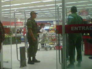 En el supermercado Bicentenario, es el DIBISE quien le revisa la cartera (foto)