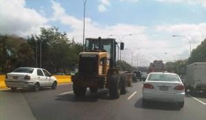 Tranquilazo, este shovel del gobierno circula por la autopista Francisco Fajardo (fotos)