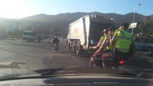 Solo en Venezuela: 3 policías en una moto -y sin casco- (FOTOS)
