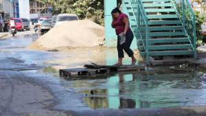 En Vargas la gente llena sus pipotes de agua con la lluvia