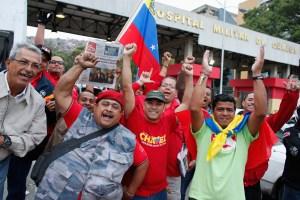 Chavistas, seguridad y periodistas frente al Hospital Militar (Fotos)