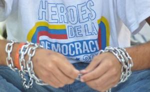Estudiantes encadenados en la OEA levantan su protesta