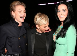 Ellen DeGeneres no pudo disimular ante el gran escote de Katy Perry (Fotos)
