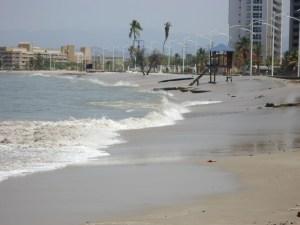 Fuerte oleaje afecta las costas de Lechería (Fotos)