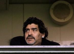 Maradona llega a Italia donde tiene pendiente una deuda fiscal
