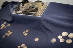 Descubren 477 monedas de plata del siglo XVI en un zapato (Foto)