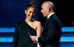 Jennifer López y Pitbull se burlan del código de vestuario de los Grammy