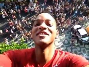 Will Smith visita favela y se une a legión de celebridades en Carnaval de Río