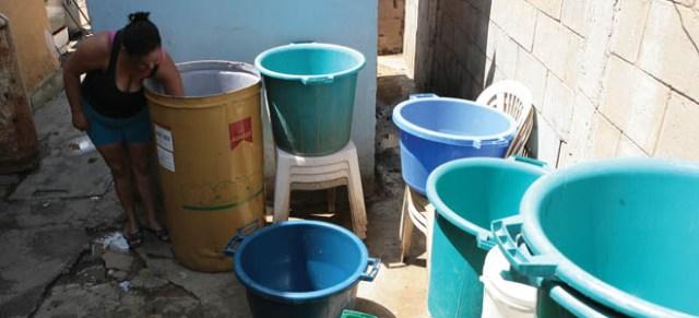 """Decenas de pipotes ahora """"adornan"""" la viviendas de quienes carecen del servicio y aprovechan cualquier recipiente para llenarlo de agua. (Fotos: Eduardo Méndez)"""