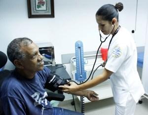 Políticas gobernamentales contribuyen con fuga de médicos y deterioro de la salud pública