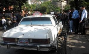 Motorizados tirotean a taxista dentro de su carro