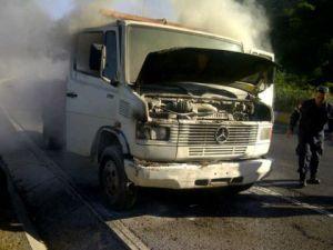 Camión se incendió en la salida del Boquerón 1, sentido a La Guaira (FOTO)