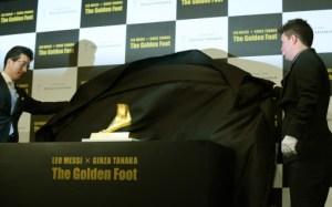 Réplica en oro del pie izquierdo de Messi sale a la venta en Japón