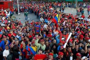 Miles de personas continúan a la espera para ver a Chávez (Fotos)