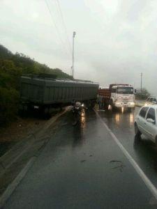 Dos gandolas colisionan en la Caracas-La Guaira (Fotos)
