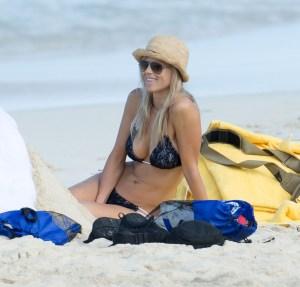 Quien fuera a la playa con la ex de Tiger Woods… (RE-UFFF)