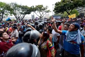 Siete estudiantes heridos por oficialistas; suspenden marcha al CNE (Fotos + Video)