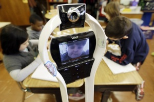 Niño robot asiste a clases