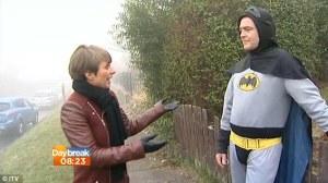 "El ""Batman"" inglés que entregó a un delincuente, reparte comida china (Fotos)"