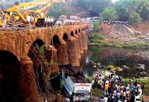 Al menos 37 muertos al caer autobús de un puente en la India