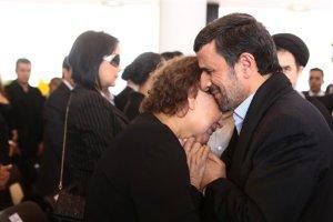 Ahmadinejad criticado por el abrazo que le dio a la madre de Chávez