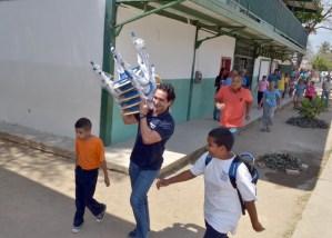 Richard Mardo hizo entrega donativo a escuela del barrio San Carlos