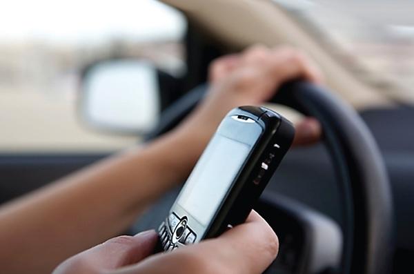 Contestar el teléfono mientras manejas es más peligroso que conducir ebrios
