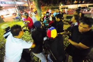Mientras Nicolás hablaba de paz, chavistas atacaron a tiros, palos y molotov a los estudiantes (Fotos exclusivas)