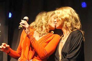 Sharon Stone y Kate Moss causan revuelo tras darse un beso (FOTOS)