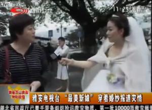 ¡Esto sí es amor a la profesión! Reportera cubre el terremoto en China con su vestido de novia