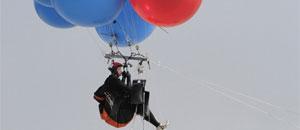 Hombre se ata 160 globos de helio y cruza sobre mar lleno de tiburones (FOTOS)