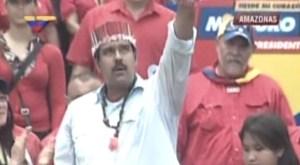 """Maduro recibió una corona, un brazalete y un collar de """"ojo del zamuro"""" (Fotos)"""