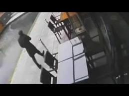 Cae en canal por mandarle un mensaje a su novio (Video)