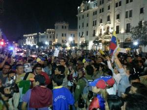Así protestan en la Embajada de Venezuela en Perú