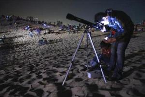 Récord Guiness: Casi 3 mil personas miran la luna al mismo tiempo mediante un telescopio