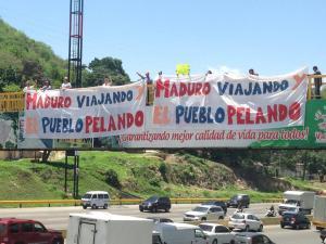 """Despliegan pancartas """"Maduro viajando y el pueblo pelando"""" (Fotos)"""