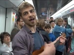 Periodista canta su currículo en el metro y encuentra trabajo (Vídeo)