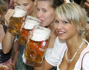 Mujeres felices por encontrar beneficios en la cerveza (Tips)