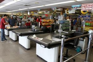 Venezolanos sienten que comer balanceado devora el salario