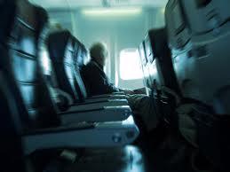 La bajaron del avión por cantar sin parar