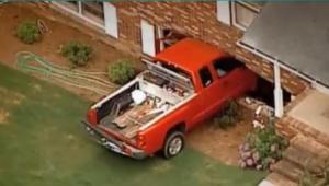 Bebé de dos años estrelló camioneta contra su casa (Video)