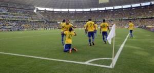 Brasil le muestra la puerta de salida a México al derrotarle 2-0